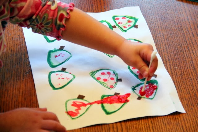 A Christmas tree craft kids will enjoy this holiday season.